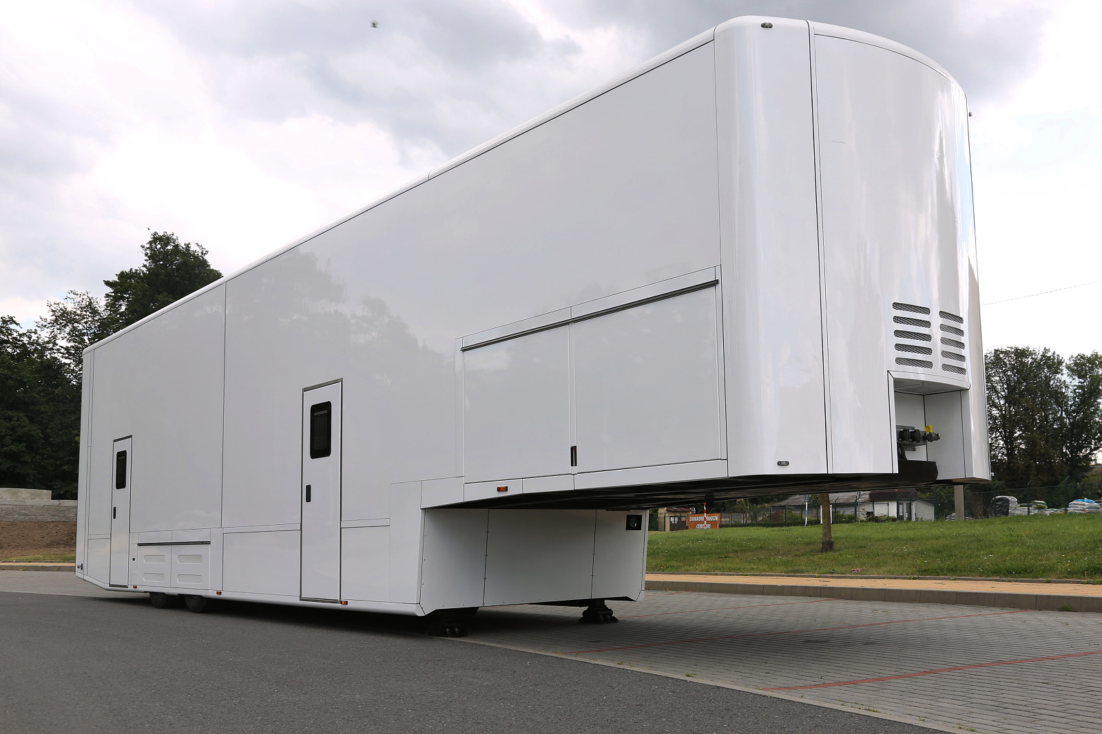 Cargodesign A Semi Trailer With An Extendable Side